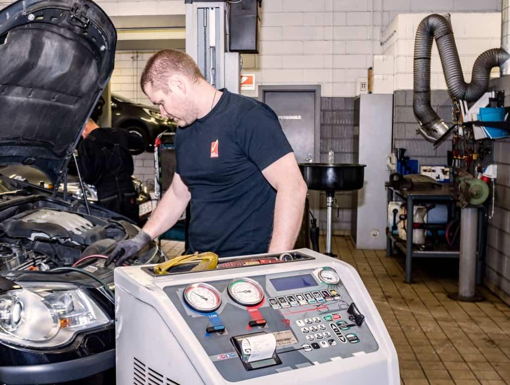 Service af motor på bil