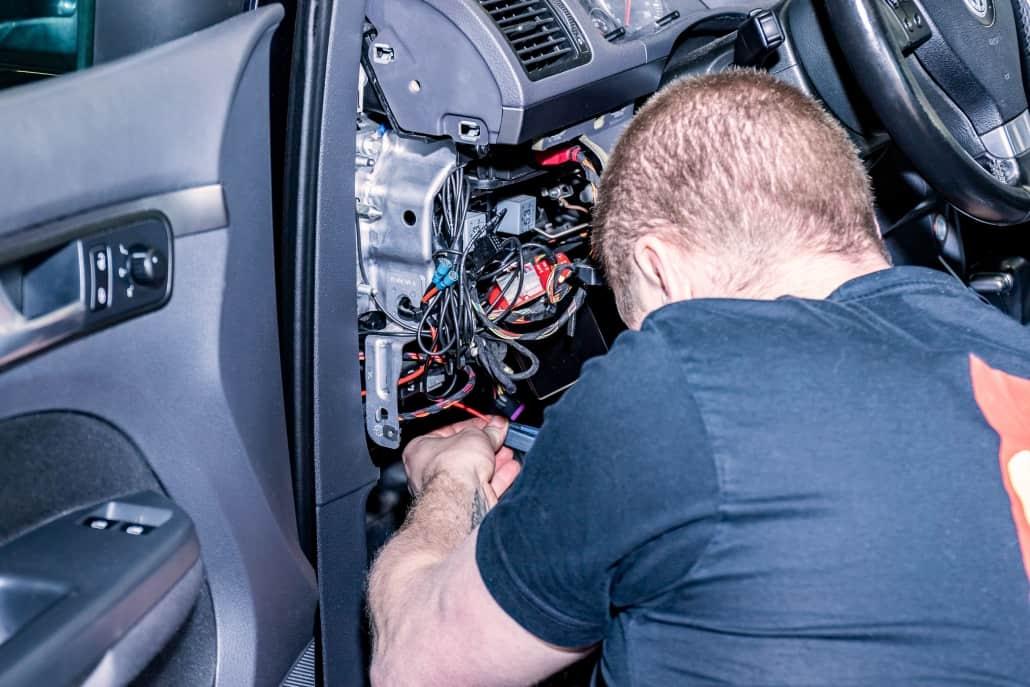 Mekaniker kigger på ledninger i bil