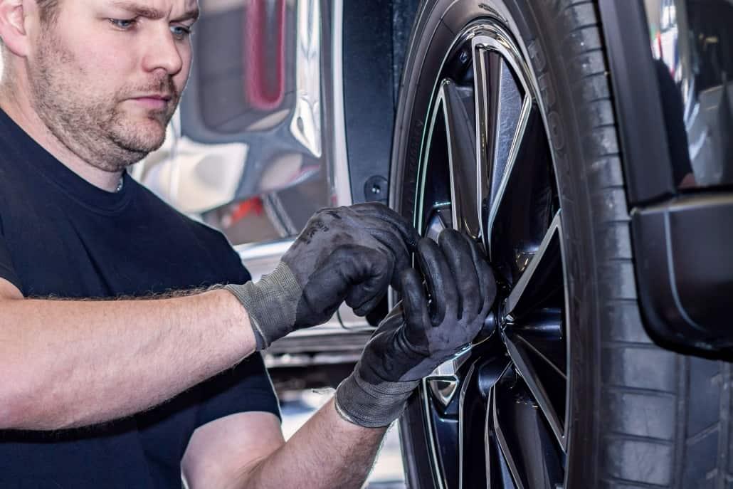 Mekaniker servicerer dæksel på bil